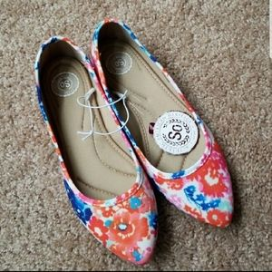 NWT SO floral pointed flats
